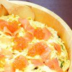 パパッと簡単、スピードランチ  「サーモンいくらのサラダ寿司&キャロットラペ」